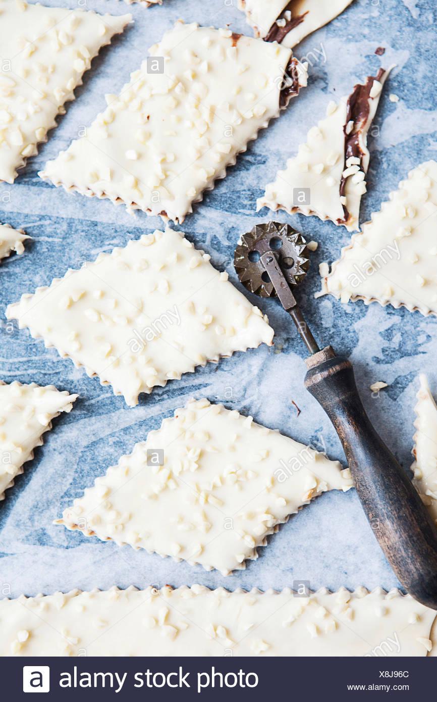 Pasta biscotto con taglierina decorativi Immagini Stock