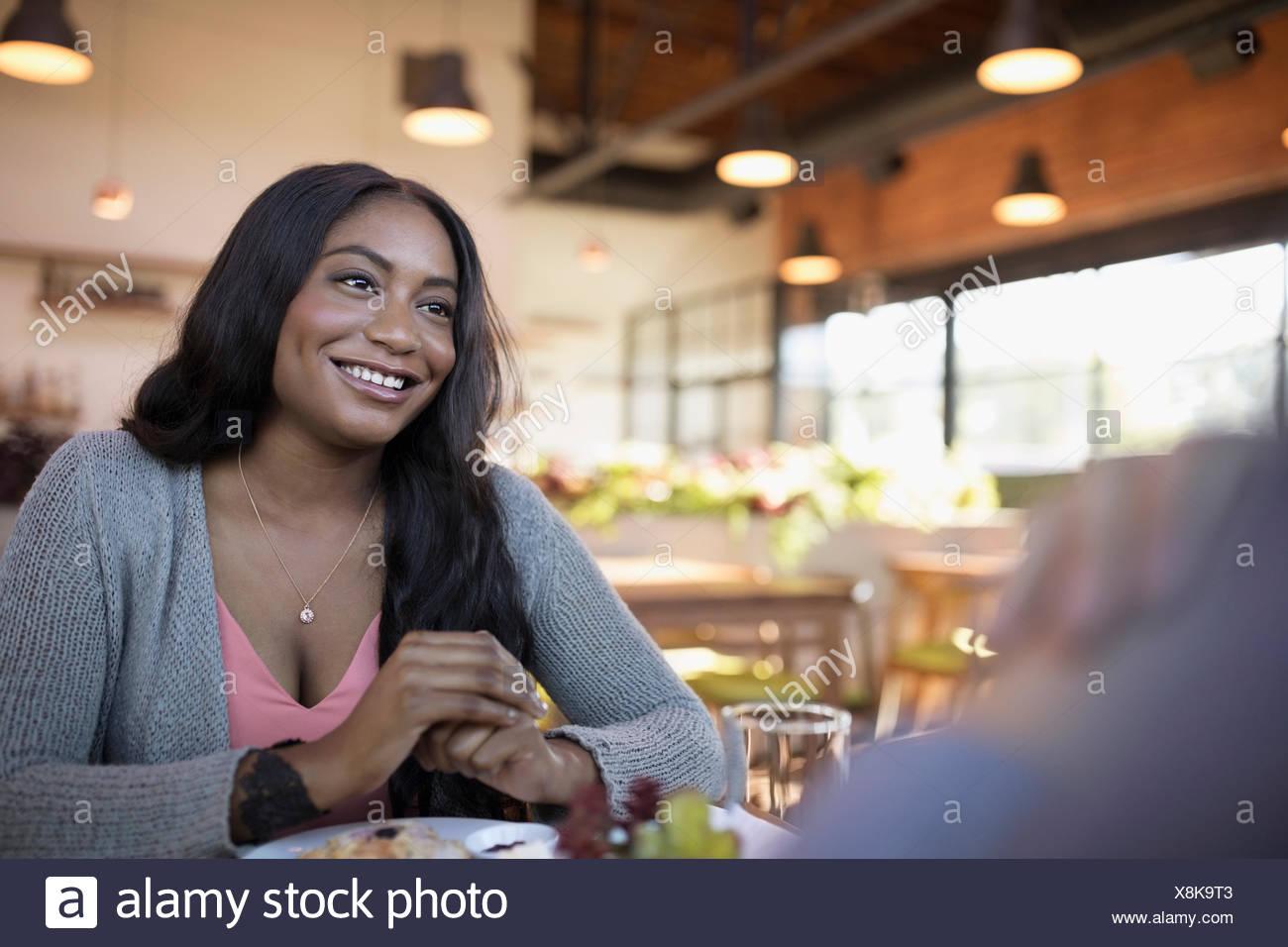 Donna sorridente cenare presso il ristorante la tabella Foto Stock