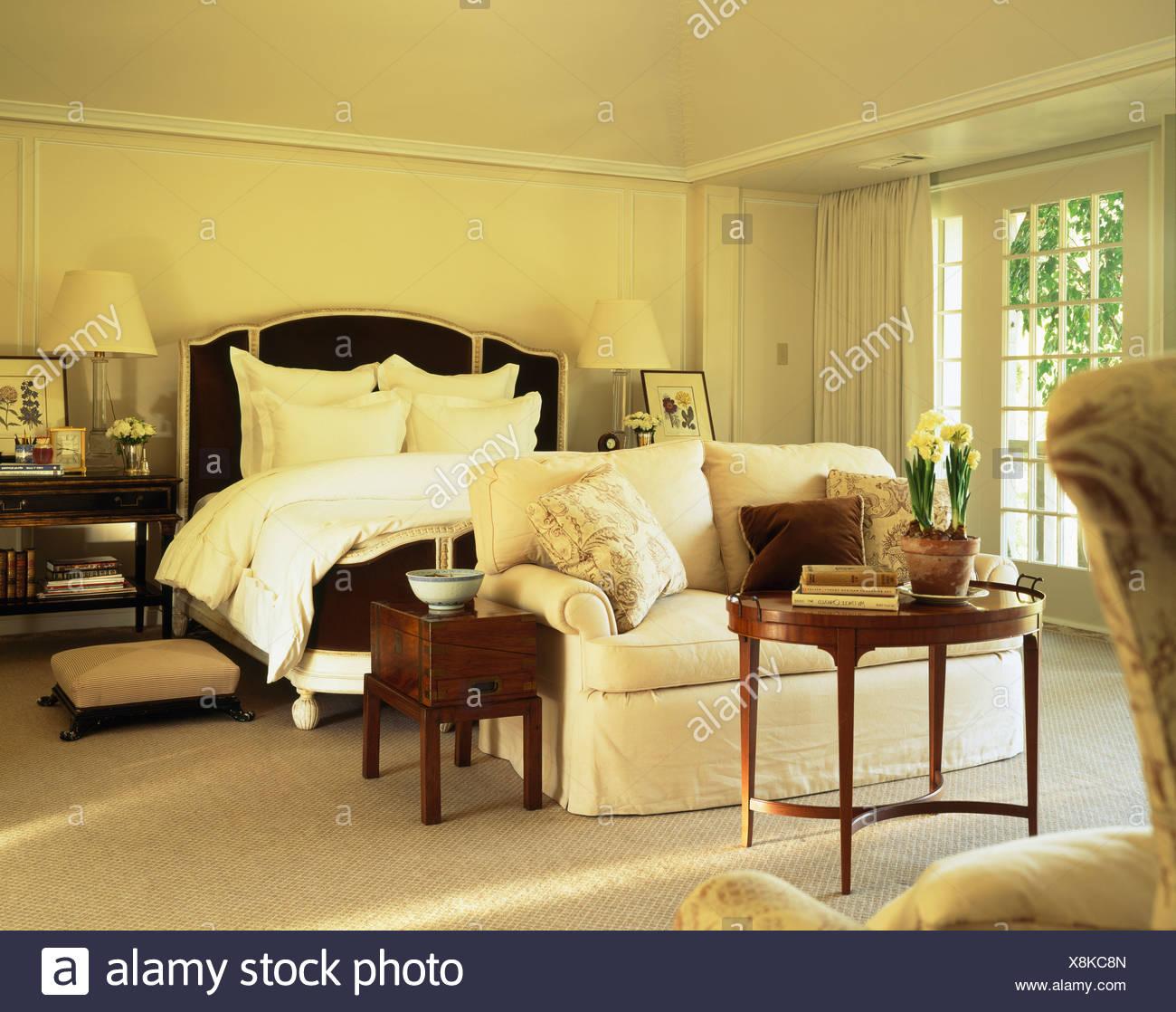 Confortevole divano bianco e arredamento di antiquariato in crema ...
