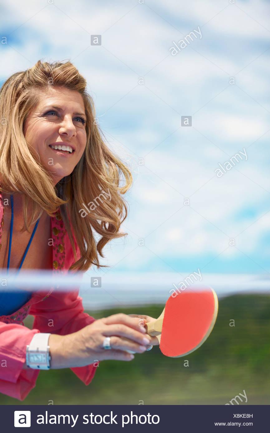 Sorridente donna anziana giocando a ping-pong Immagini Stock