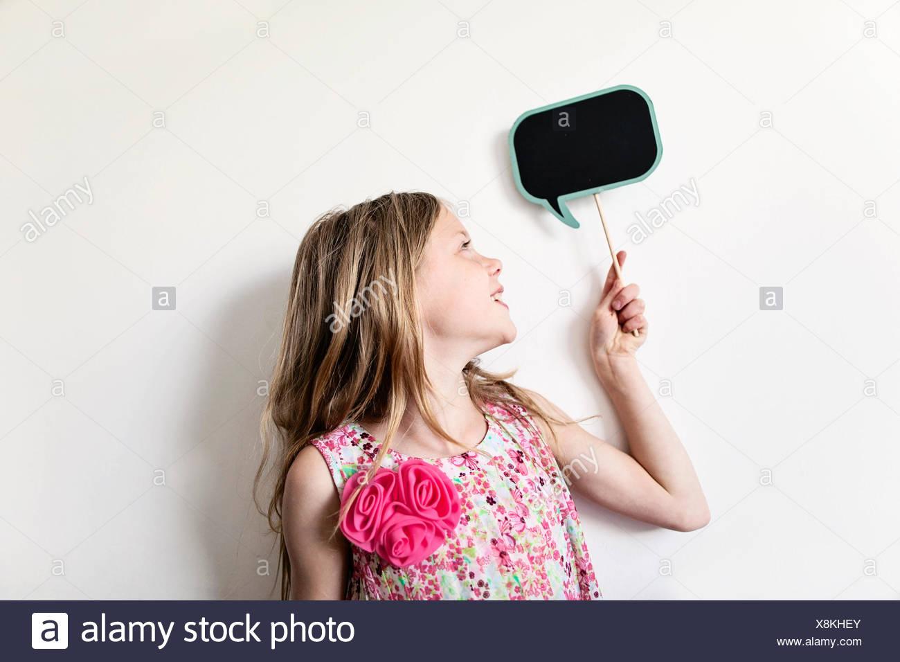 Ritratto di un felice ragazza con un vuoto di pensiero scheda di bolla sopra la sua testa Immagini Stock