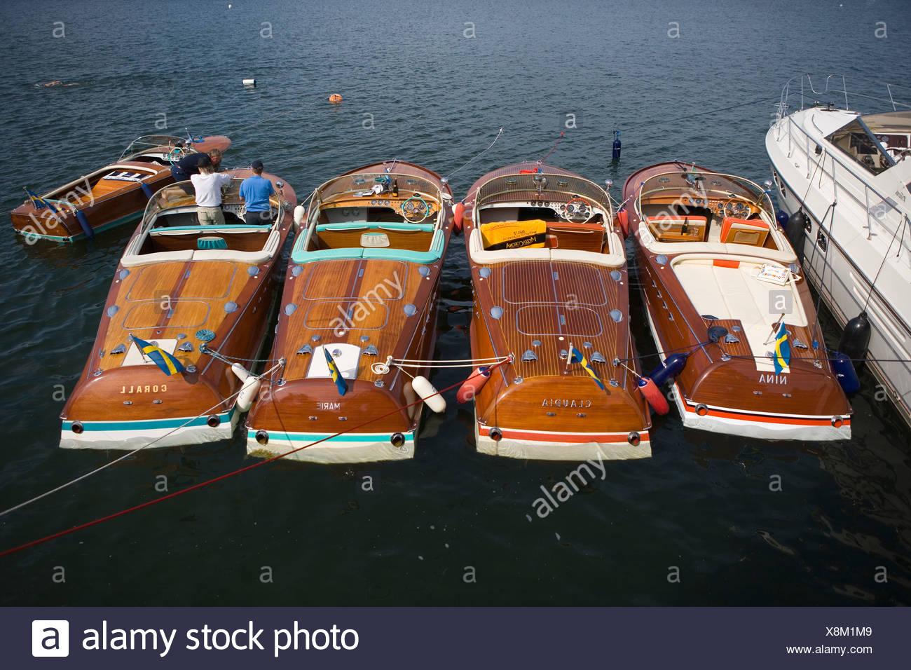 Vista della fila di barche con due uomini, vista in elevazione Immagini Stock