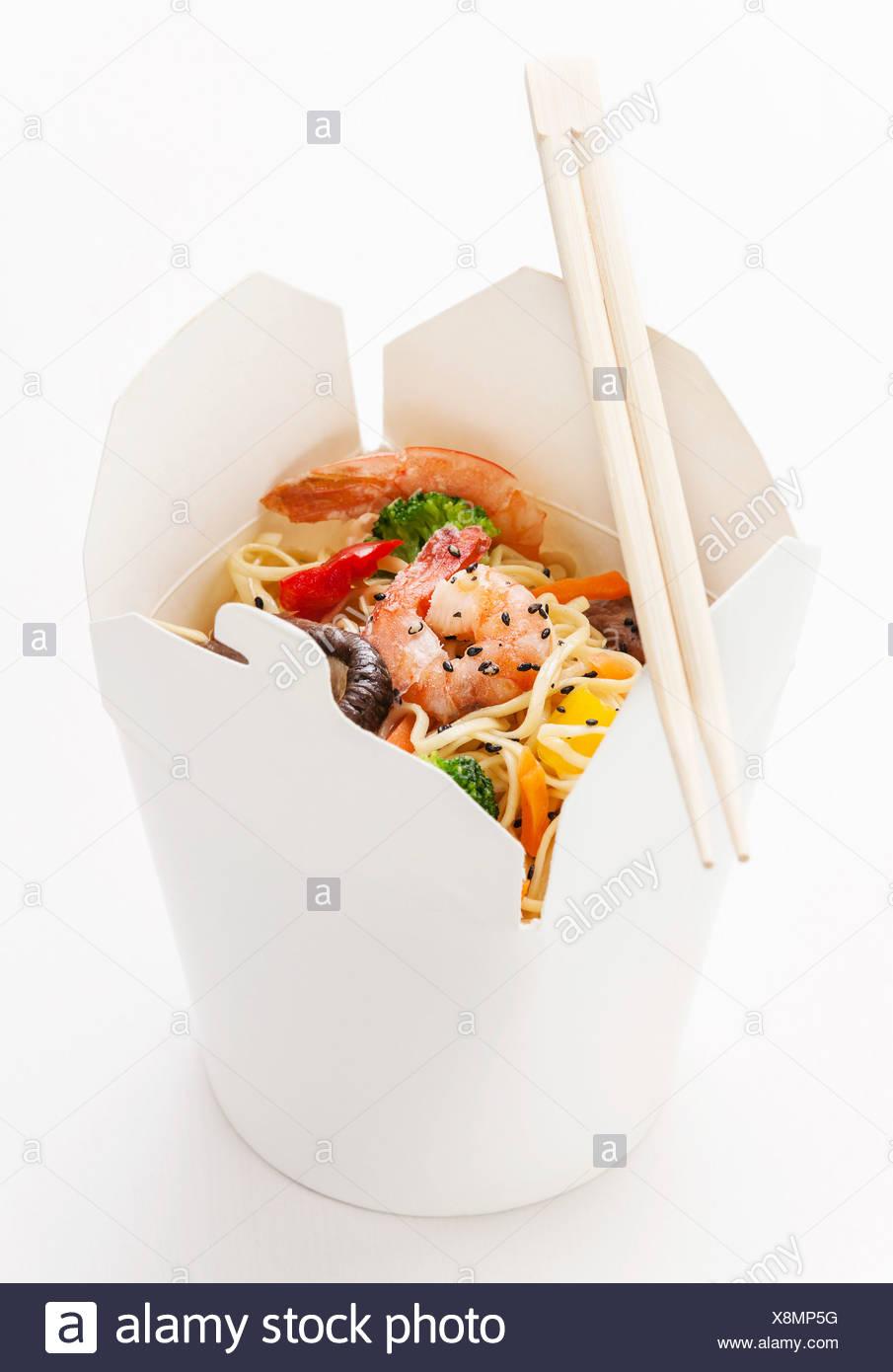 Tenere lontano i noodle all'uovo con funghi shiitake, gamberi e carne di maiale Immagini Stock