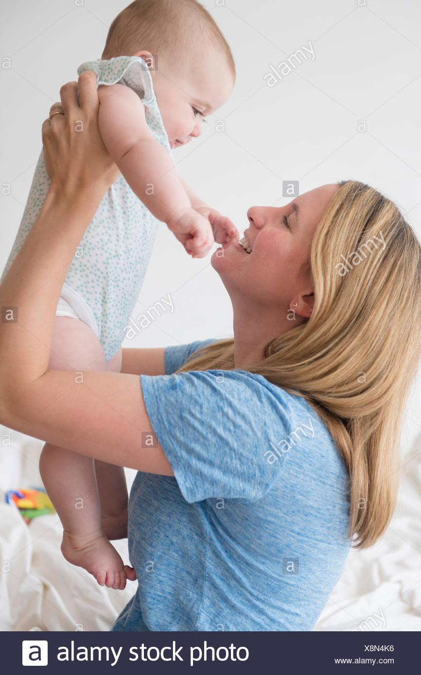 Sollevamento madre bimba (12-17 mesi) Immagini Stock