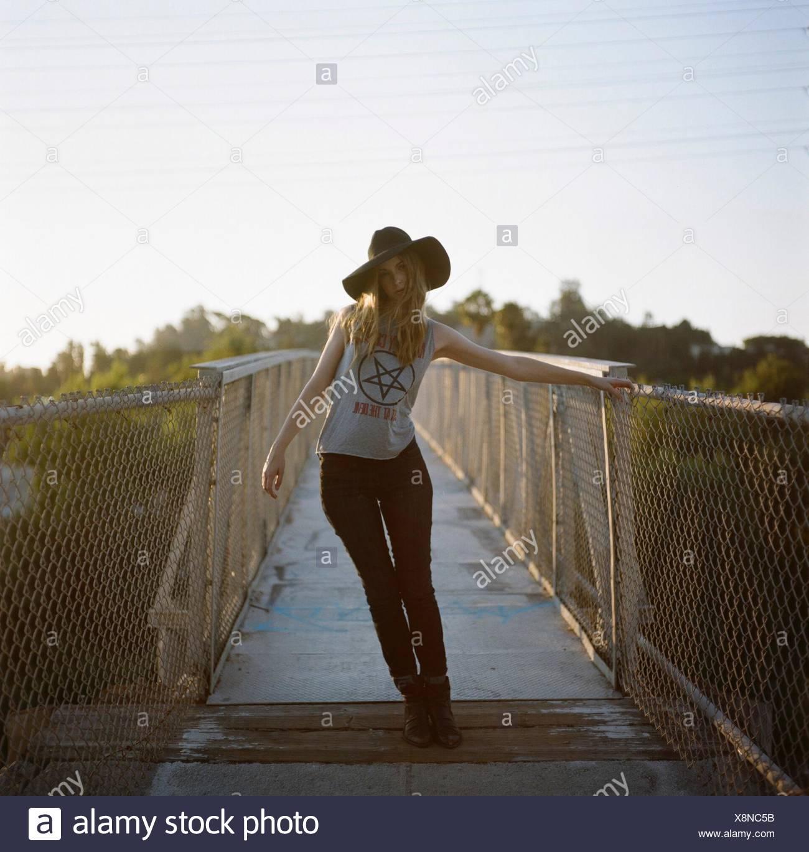 A piena lunghezza Ritratto di moda giovane donna in piedi sulla passerella Immagini Stock