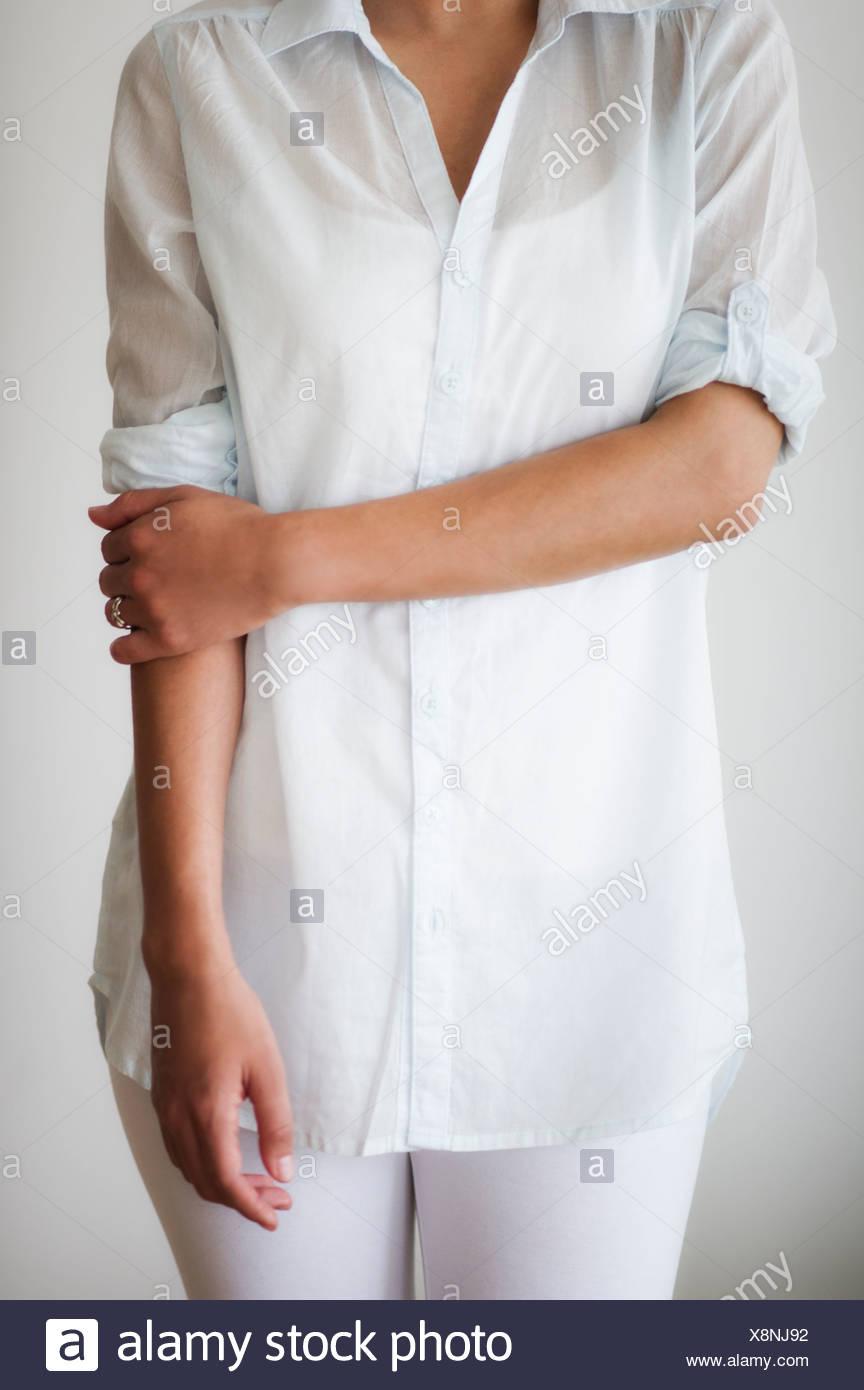 La sezione centrale della donna vestita di bianco Immagini Stock
