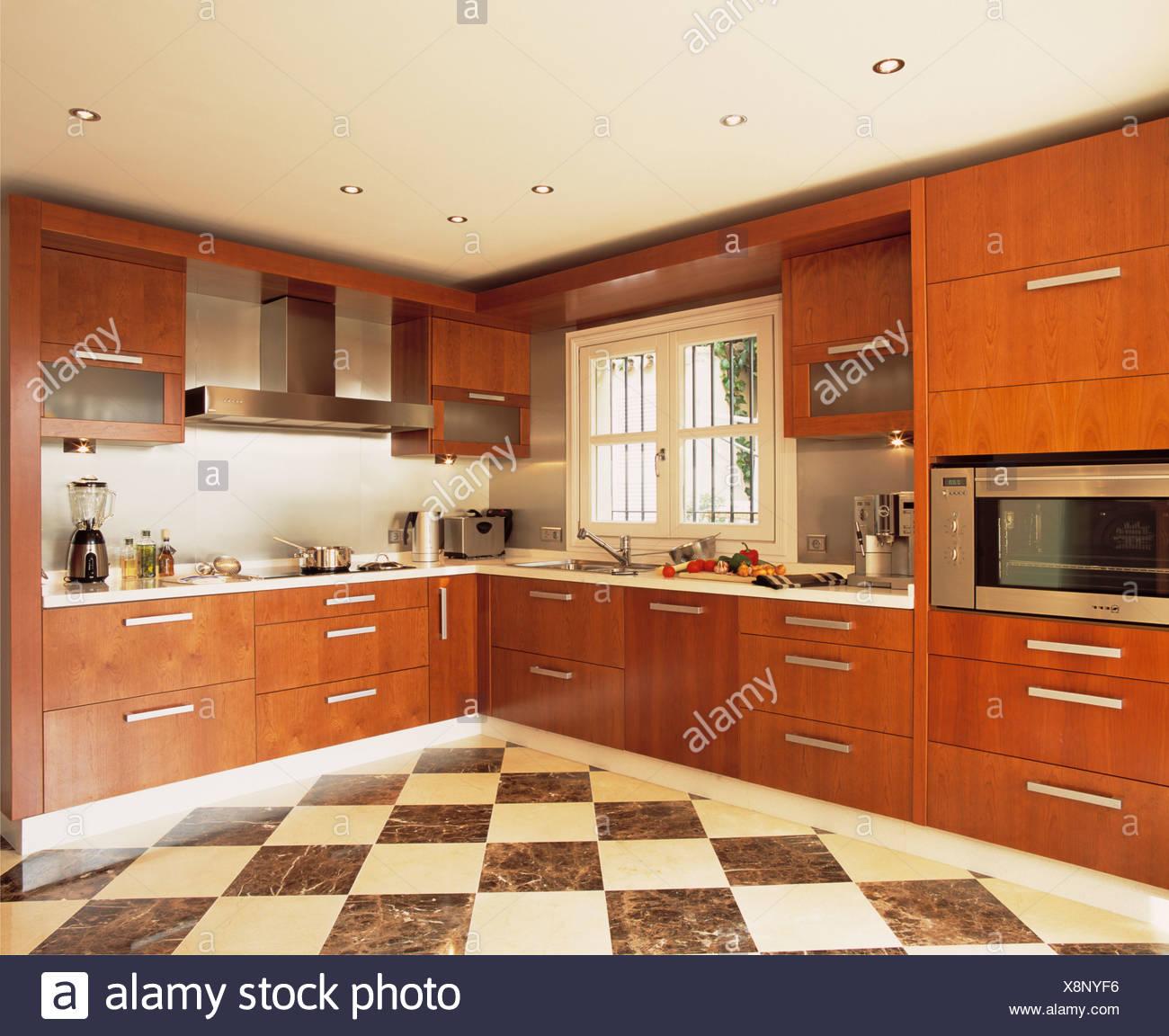 Bianco e nero chequerboard pavimentazione in cucina moderna con ...