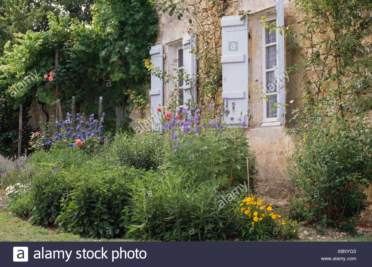 Gray shutters immagini gray shutters fotos stock alamy for Design della casa di campagna francese