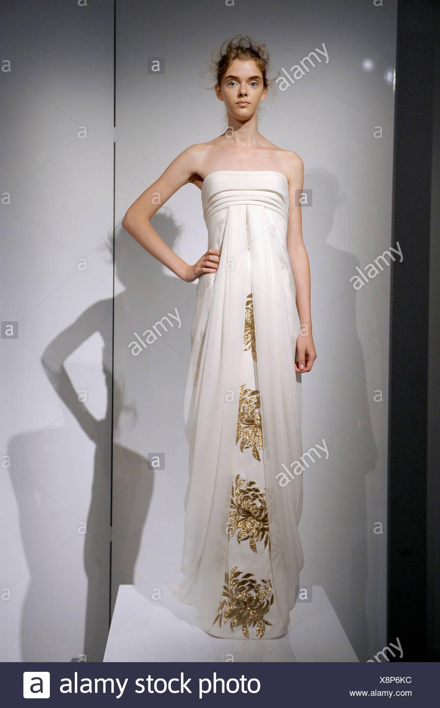 bb32fee5c15b Modello indossa una crema senza spalline impero flolength linea abito da  sera con oro metallizzato ricamo