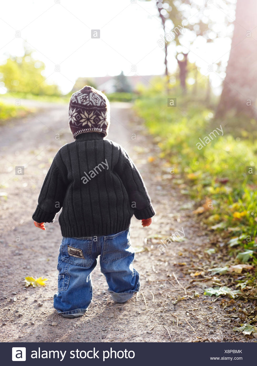 Un bambino a camminare su una strada, Svezia. Immagini Stock