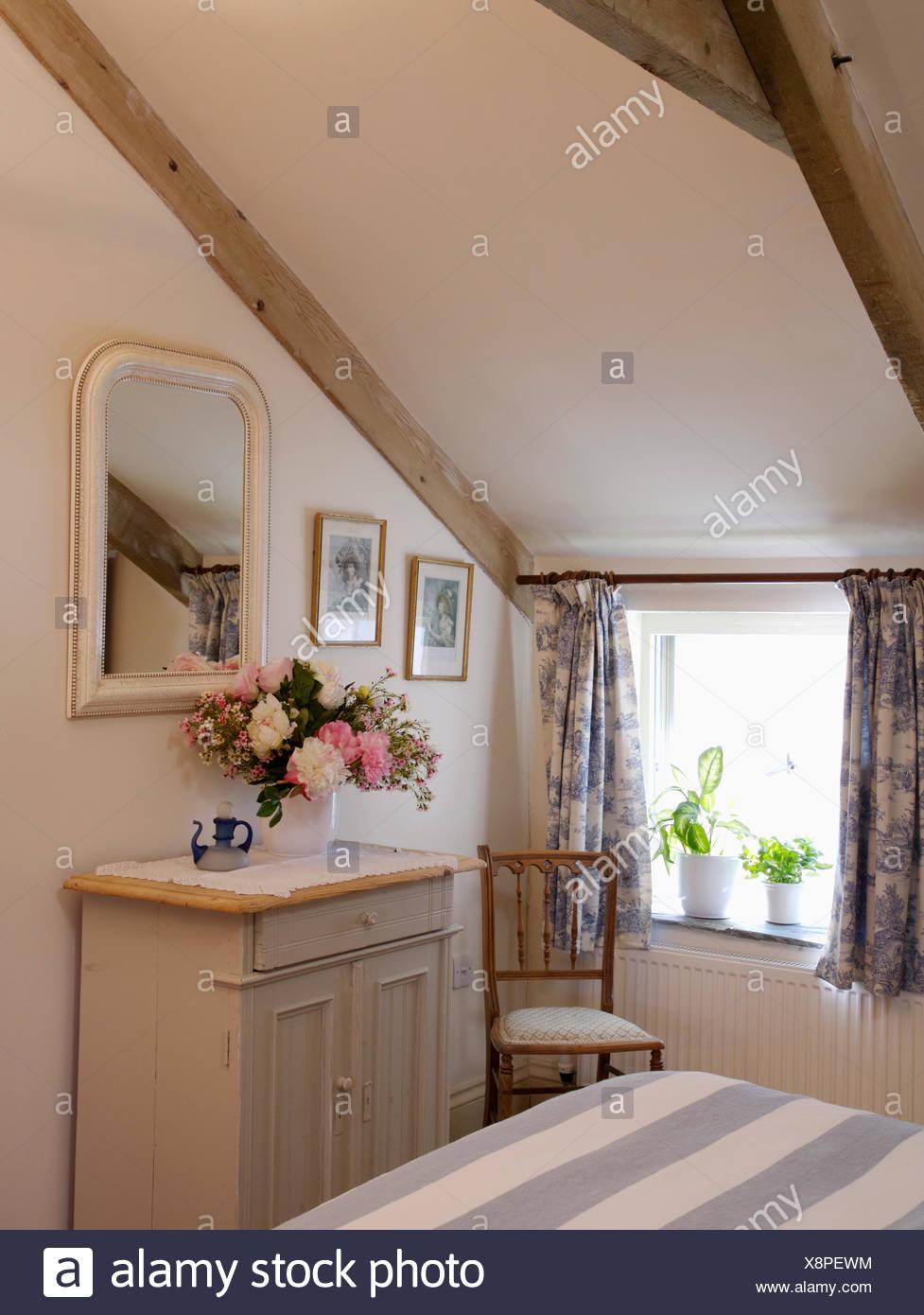 Specchio Sopra La Crema Piccolo Armadio In Mansarda Camera Da Letto Cottage Con Blue White Toile De Jouy Tende Foto Stock Alamy