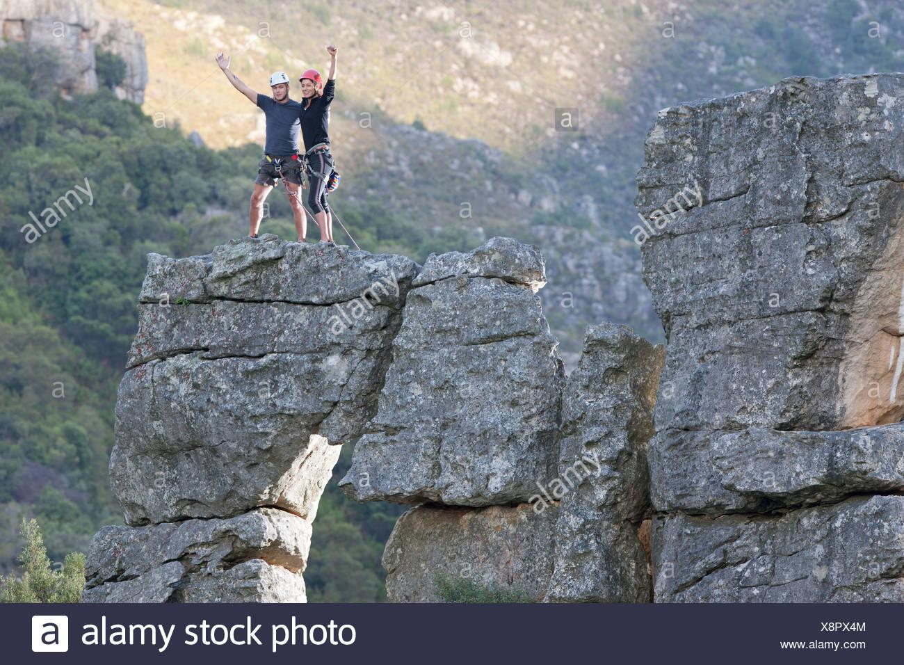 Giovani rock climbing giovane celebrare sulla formazione di roccia Immagini Stock