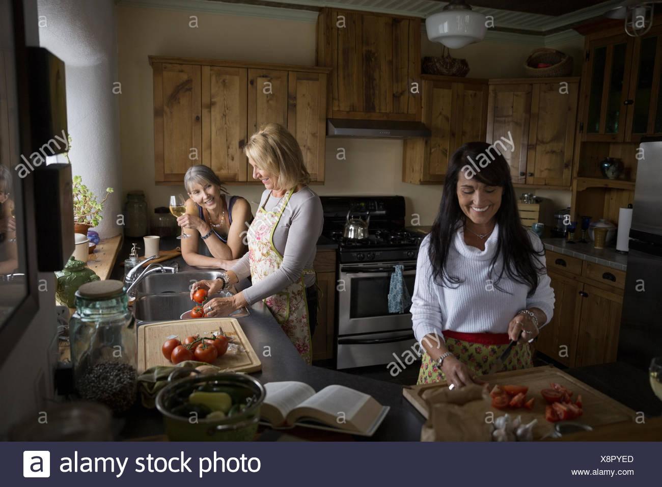 Le donne per la cottura in cucina Immagini Stock