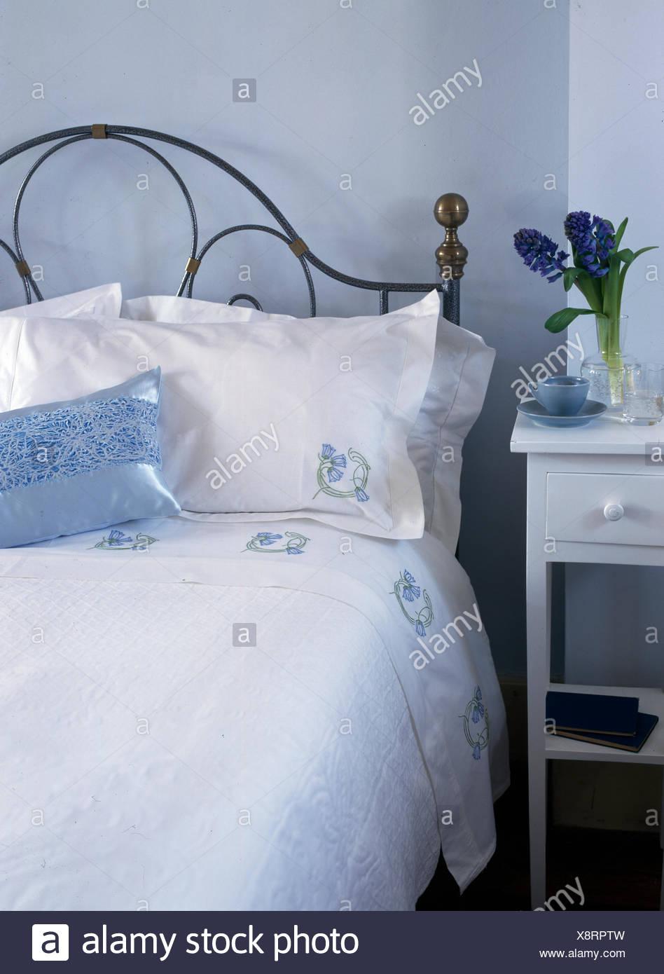 Camera da letto con letto matrimoniale copriletto in metallo ...