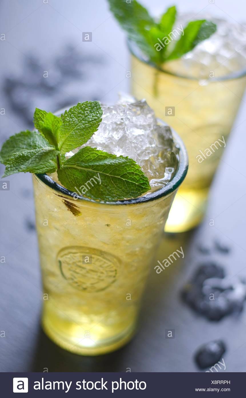 Freschi cocktail mojito in un bicchiere. Immagini Stock