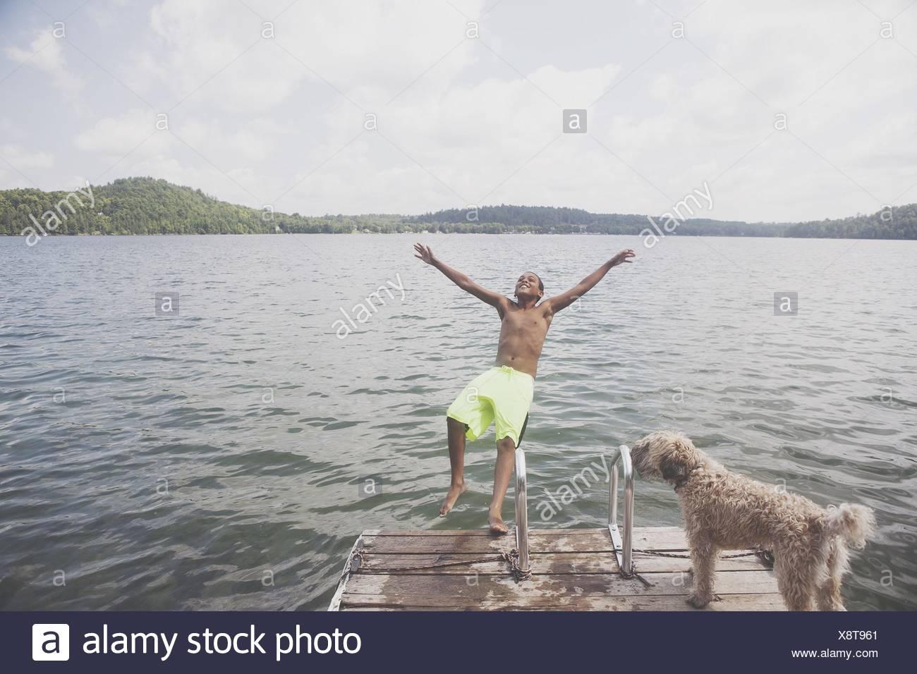 Ragazzo giocando con il cane da acqua Immagini Stock