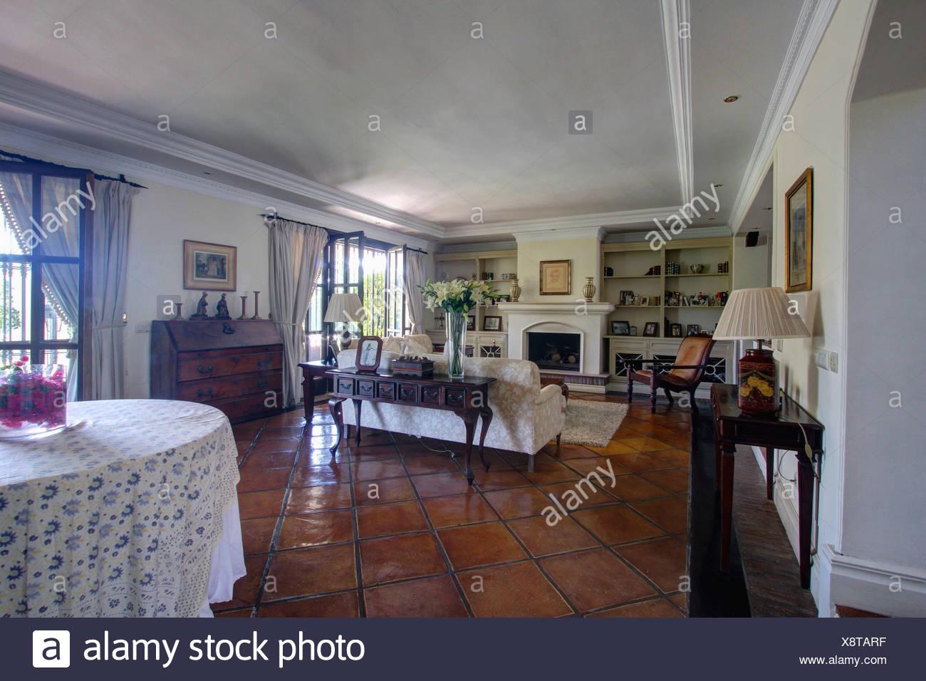 Pavimento in piastrelle di terracotta e antichi tavolo console ...