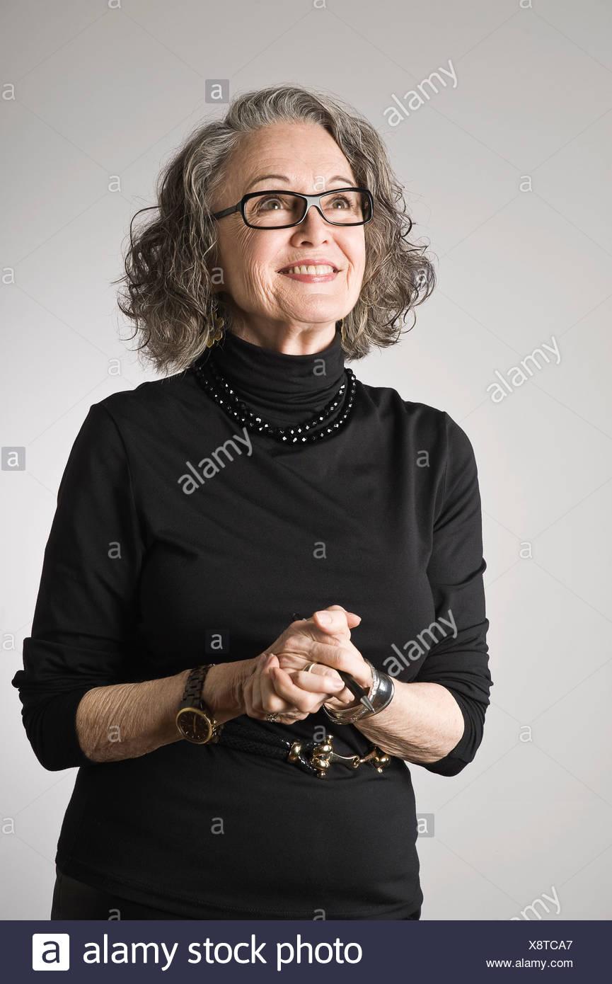 Ritratto di donna senior, guardando verso l'alto Immagini Stock