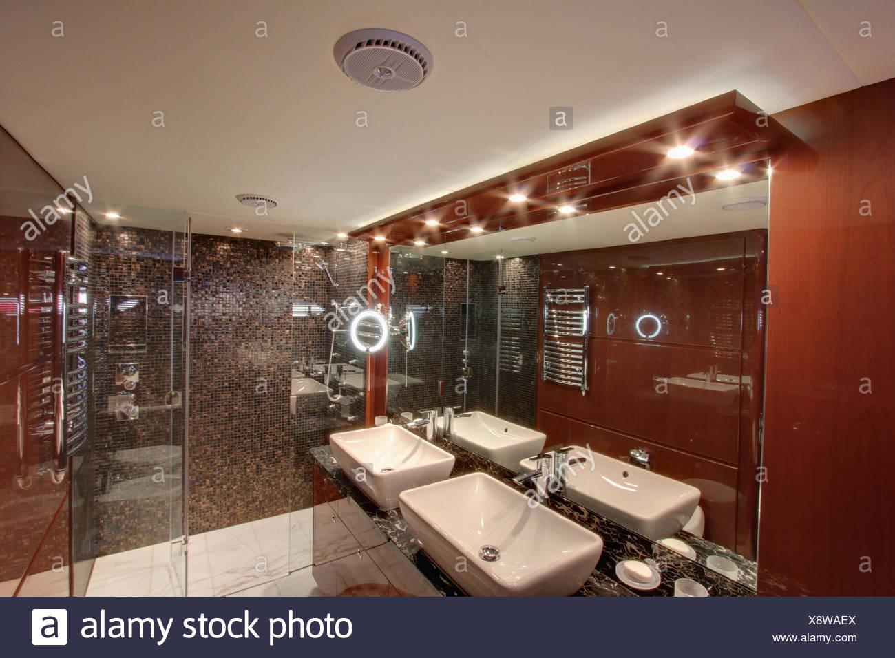 Illuminazione Bagno Moderno Foto : Down illuminazione e specchio sopra doppi lavandini in bagno