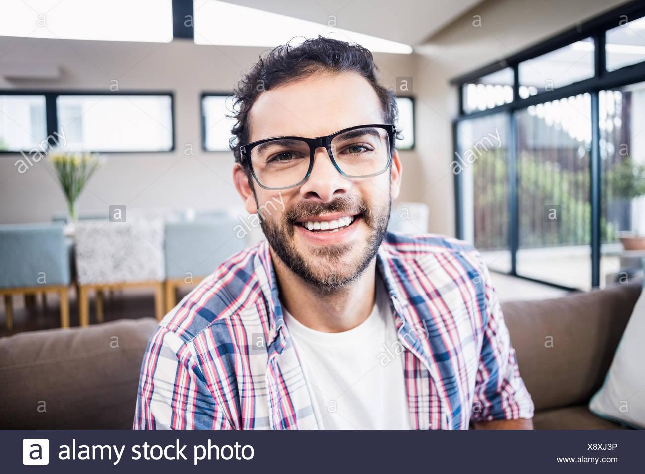 Bel uomo sorridente con la videocamera Immagini Stock