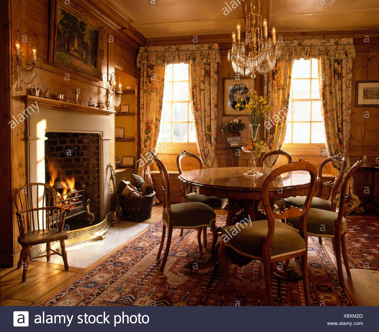 Circolare tavolo antico con sedie imbottite in sala da for Tavolo da pranzo con sedie
