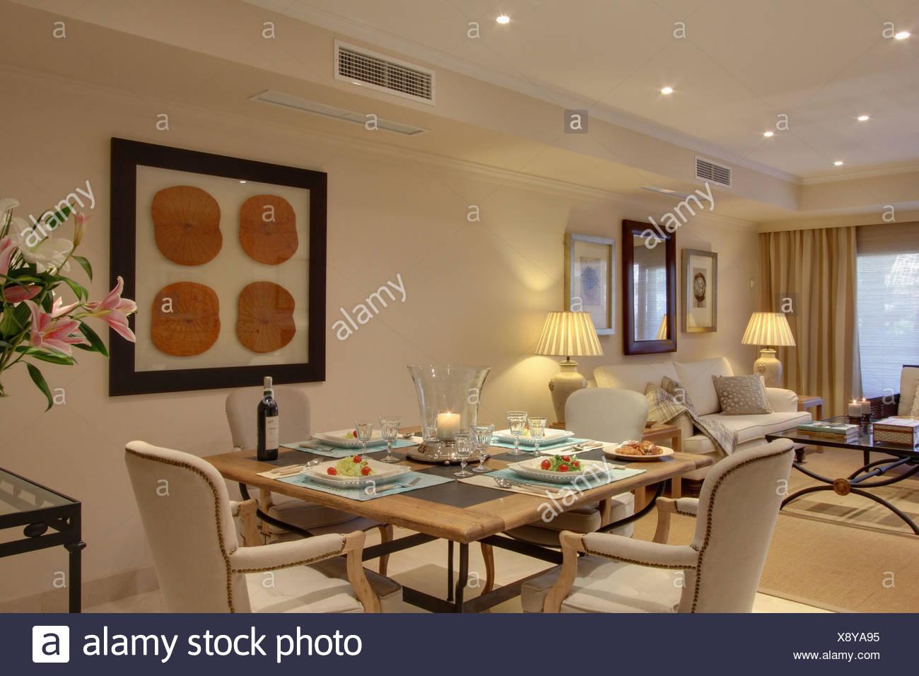 Tavoli Da Pranzo Grandi Dimensioni.Sedie Crema Al Tavolo Per La Cena In Un Piano Aperto Appartamento