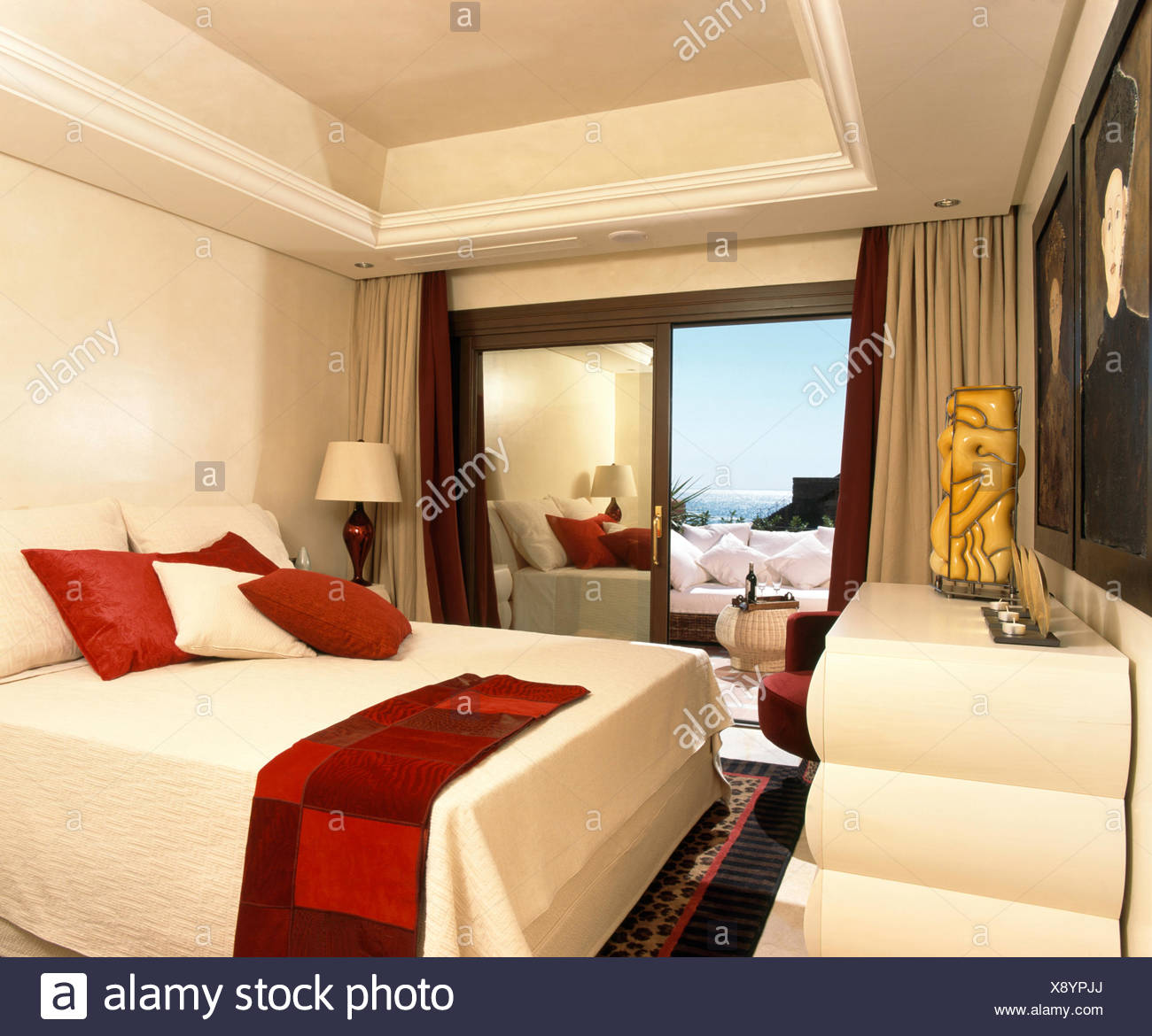Bedspread cream immagini bedspread cream fotos stock alamy - Giochi da baciare sul letto ...