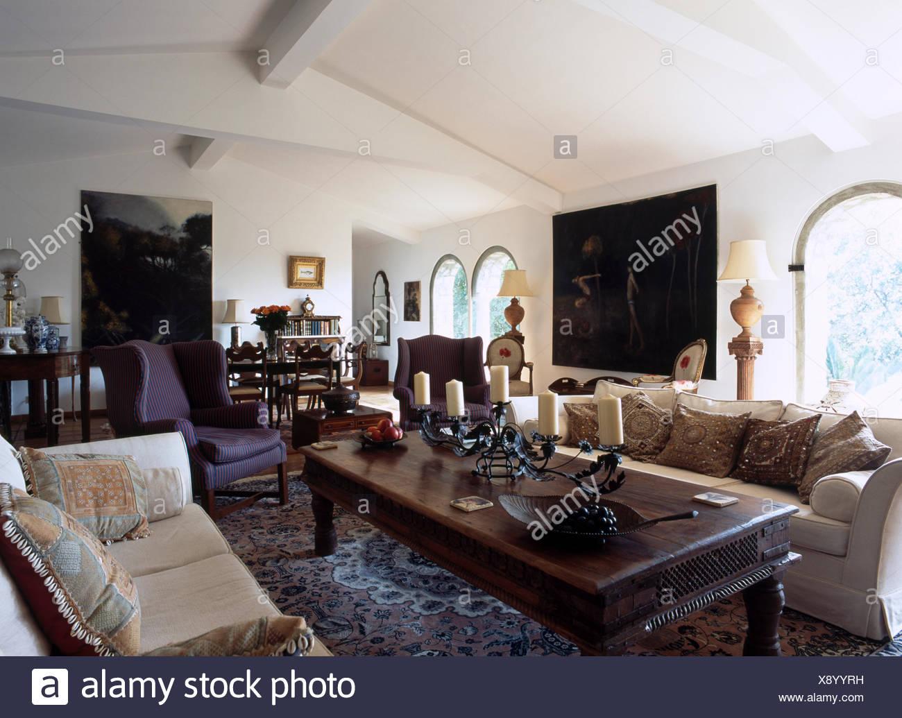 Tavolo Da Pranzo In Francese : Grande tavolo da caffè in legno e divani color crema in francese