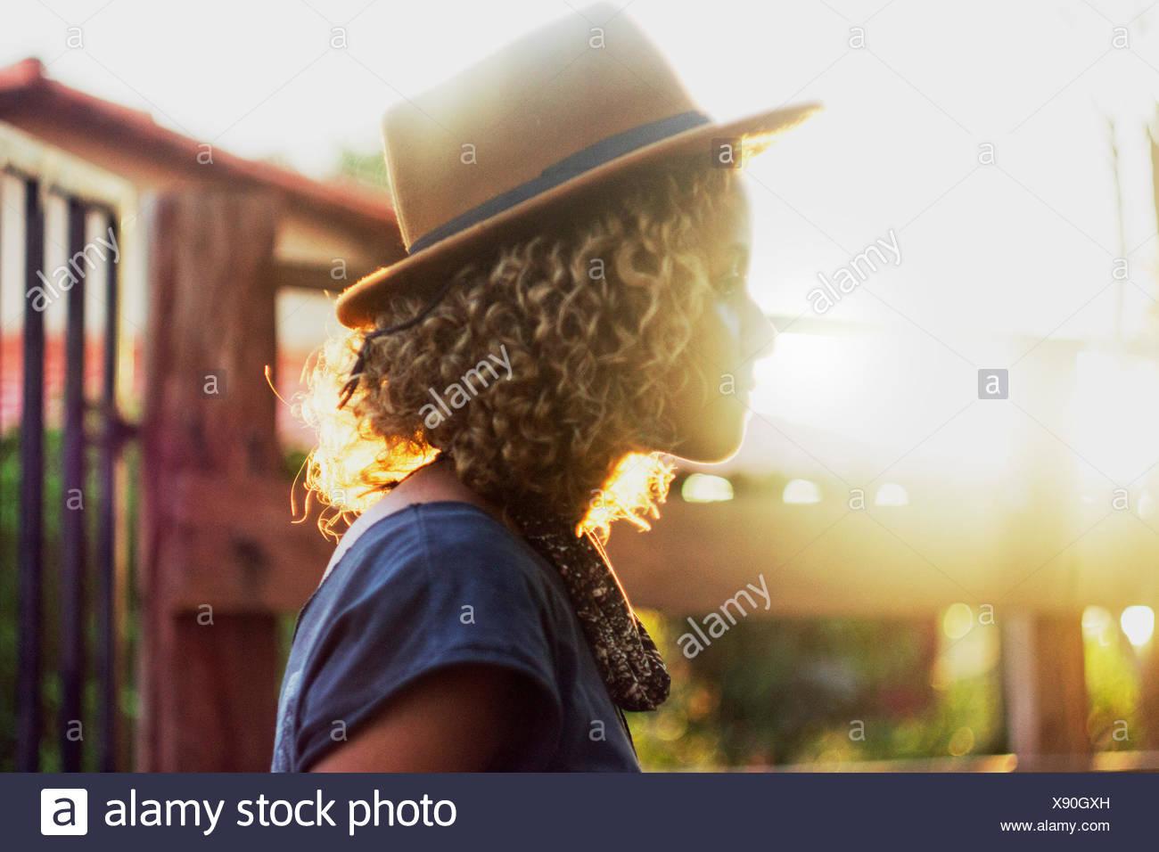 Vista laterale della donna che indossa Hat Immagini Stock