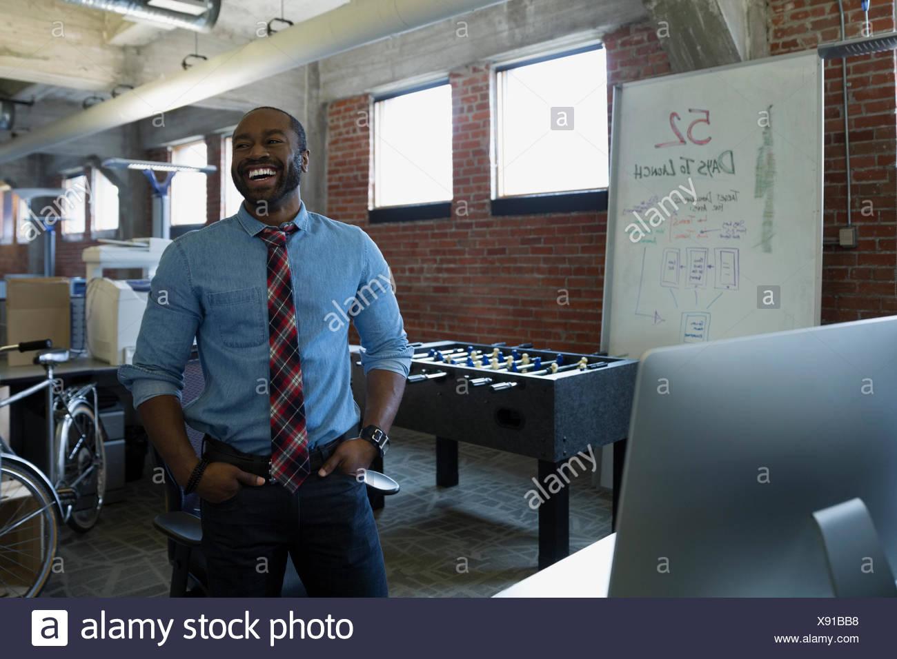 Ridendo di imprenditore nel nuovo ufficio Immagini Stock