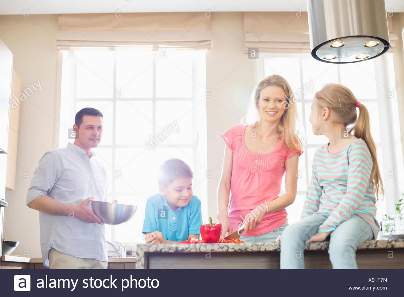 Famiglia preparare il cibo in cucina Foto Stock