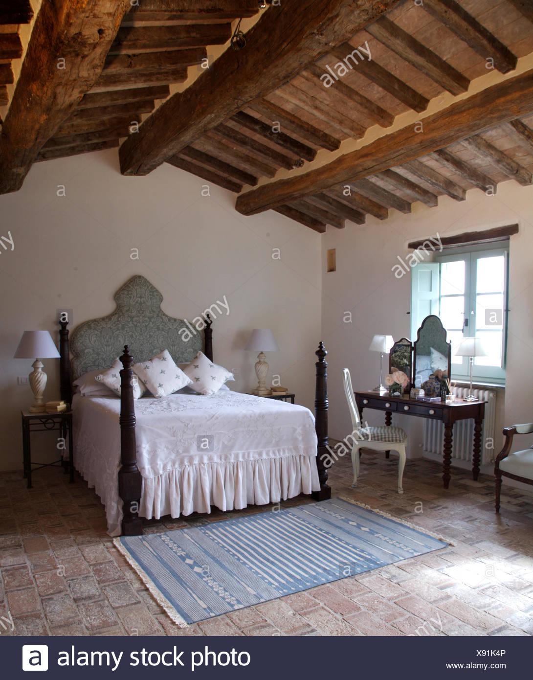 Copriletto bianco sul letto con mandrini girato nel paese for Soffitto travi a vista bianco