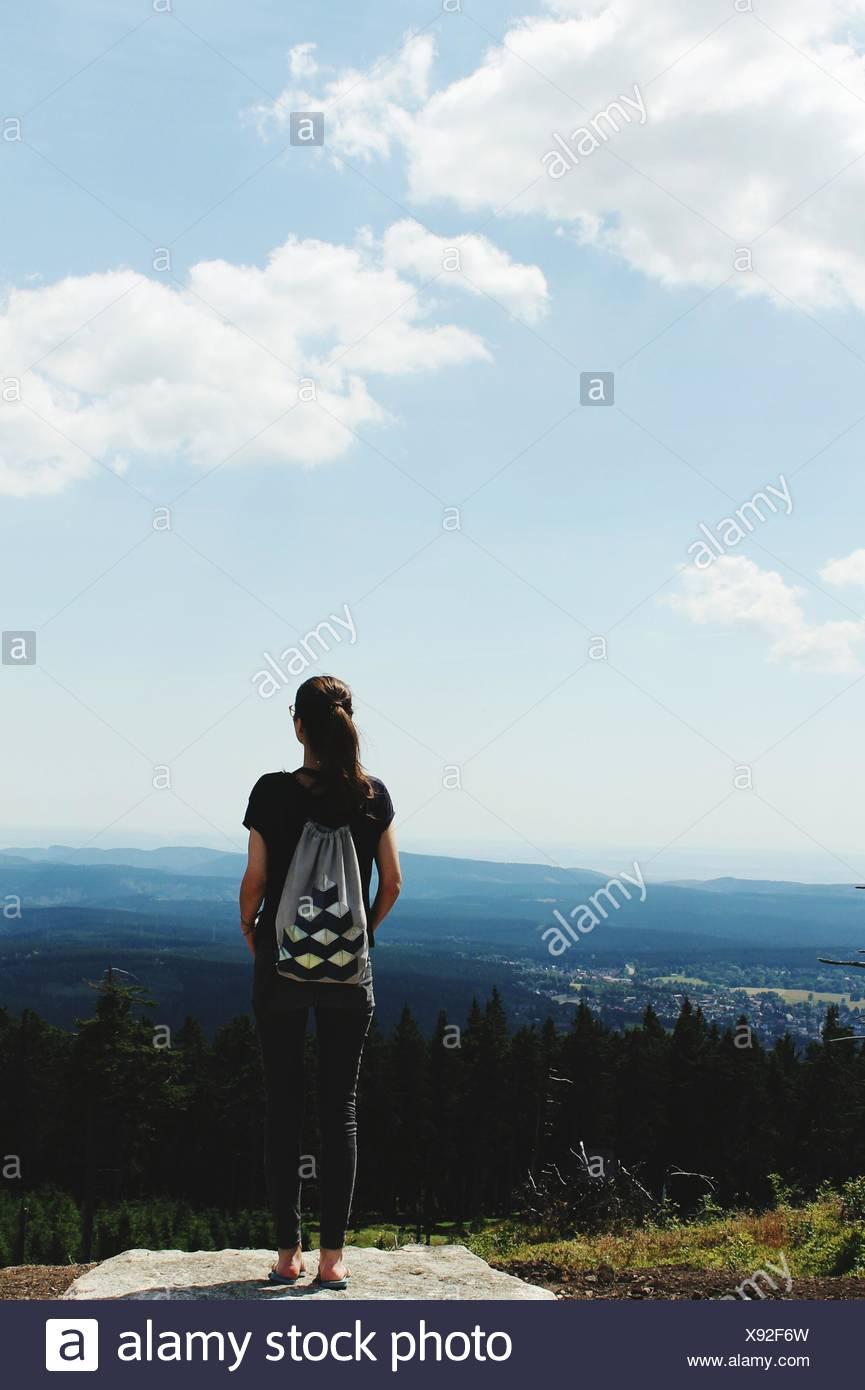 Specchietto di donna in piedi sul campo contro Sky Immagini Stock