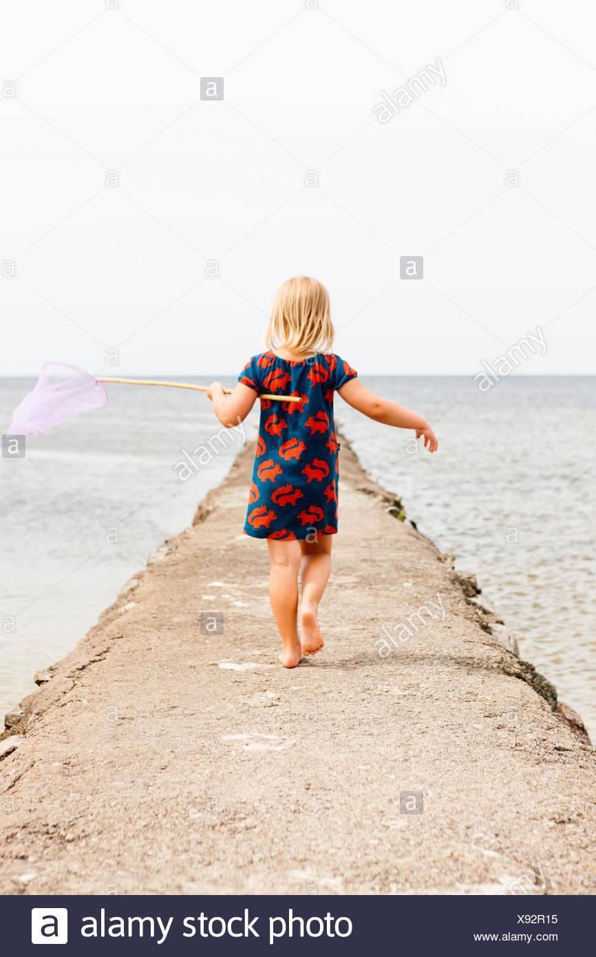 La Svezia, Oland, Gronhogen, vista posteriore di una ragazza (6-7) azienda rete da pesca Immagini Stock