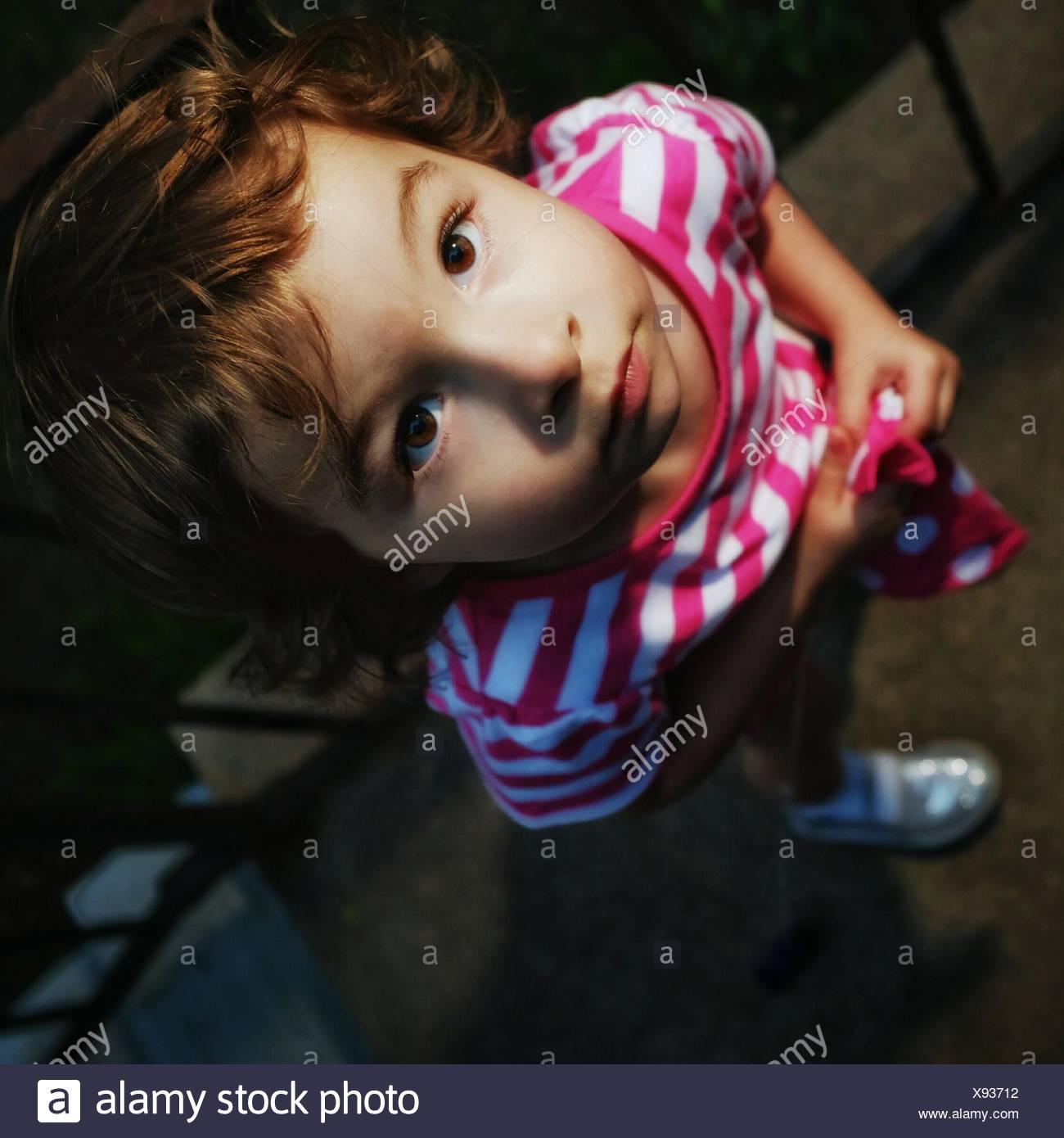 Direttamente sopra vista della ragazza cercando Immagini Stock
