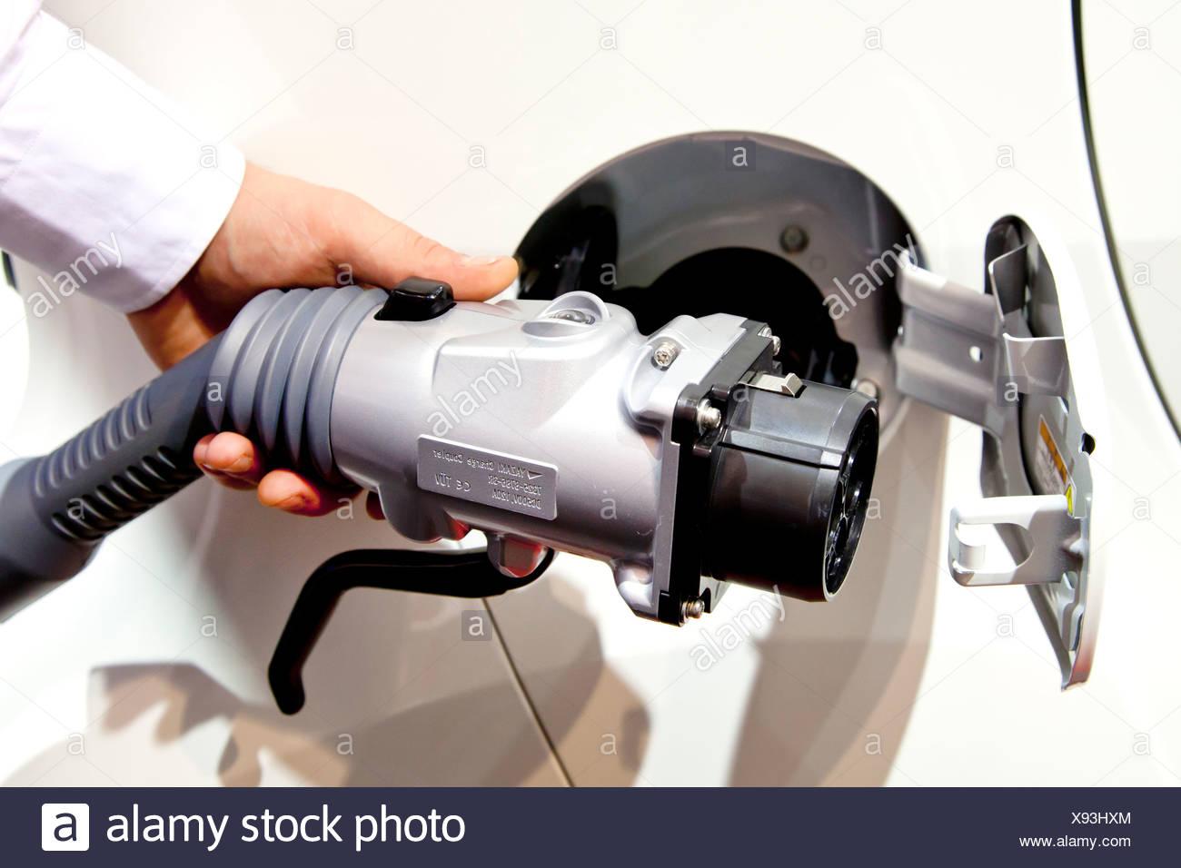 La carica con un caricabatterie rapido, ricarica rapida, carica plug, impugnatura a pistola il caricabatterie su un auto elettrica Immagini Stock