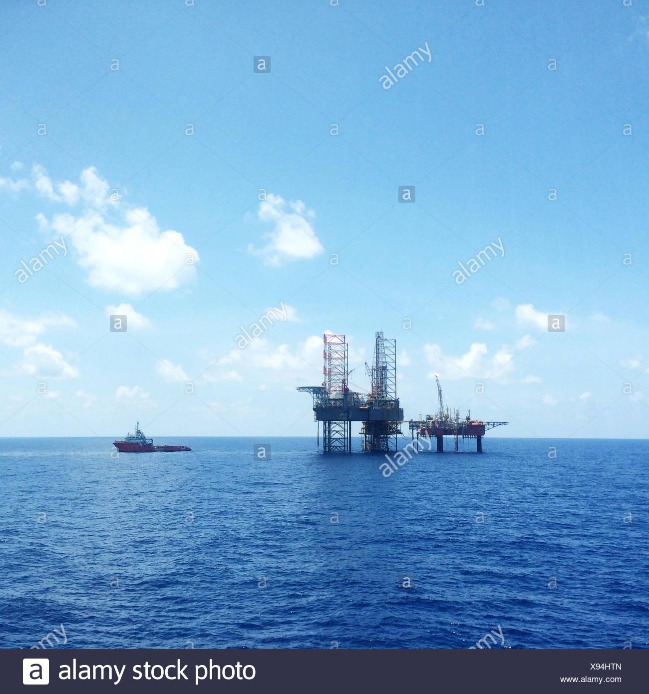 Olio e gas con piattaforma offshore nave trasporta un carico Immagini Stock
