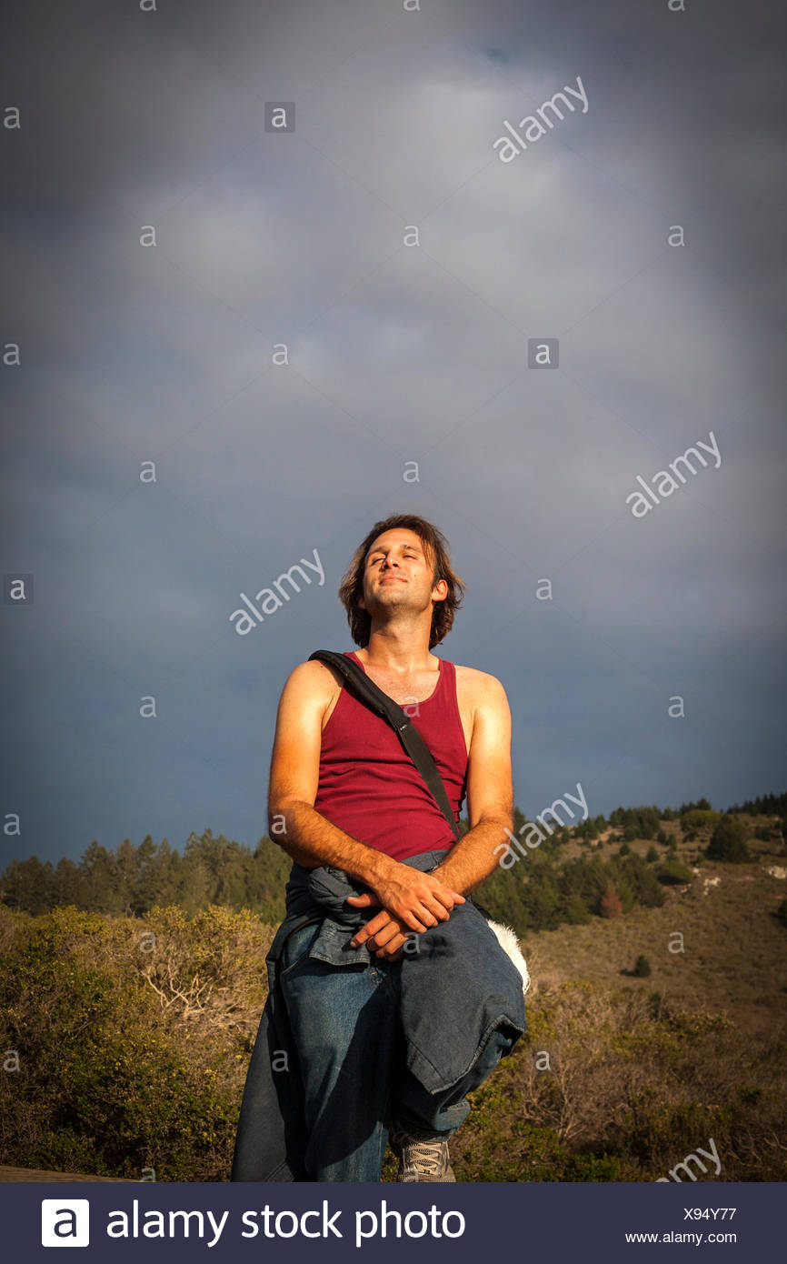 Uomo che guarda il cielo, Muir Woods, CALIFORNIA, STATI UNITI D'AMERICA Foto Stock