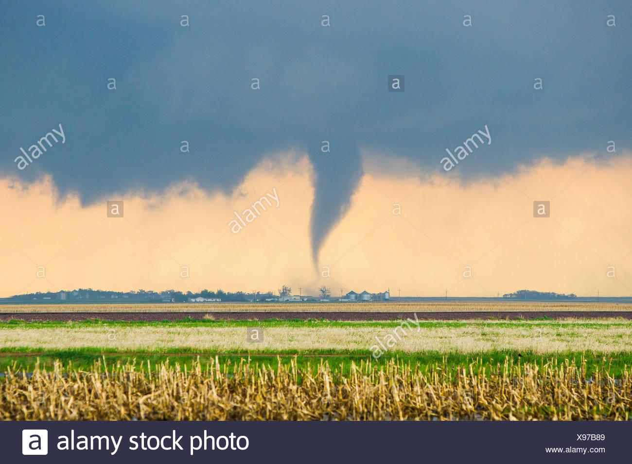 Un tubo di stufa tornado tocca in giù su di una cascina e provoca un sacco di danni e distruzioni in Bowdle, South Dakota. Immagini Stock