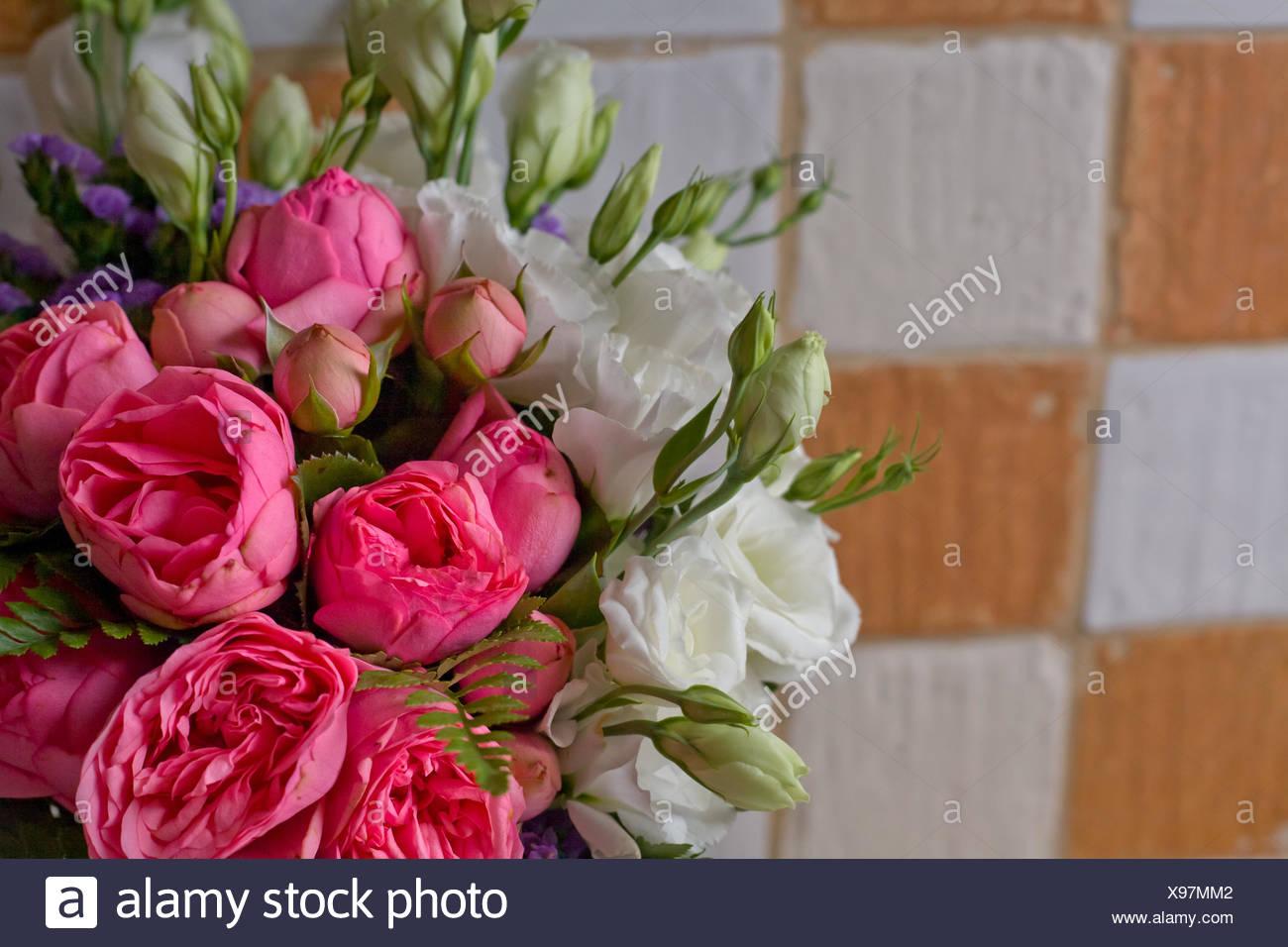Bouquet nozze con rosa e rose bianche su rustico piastrella a