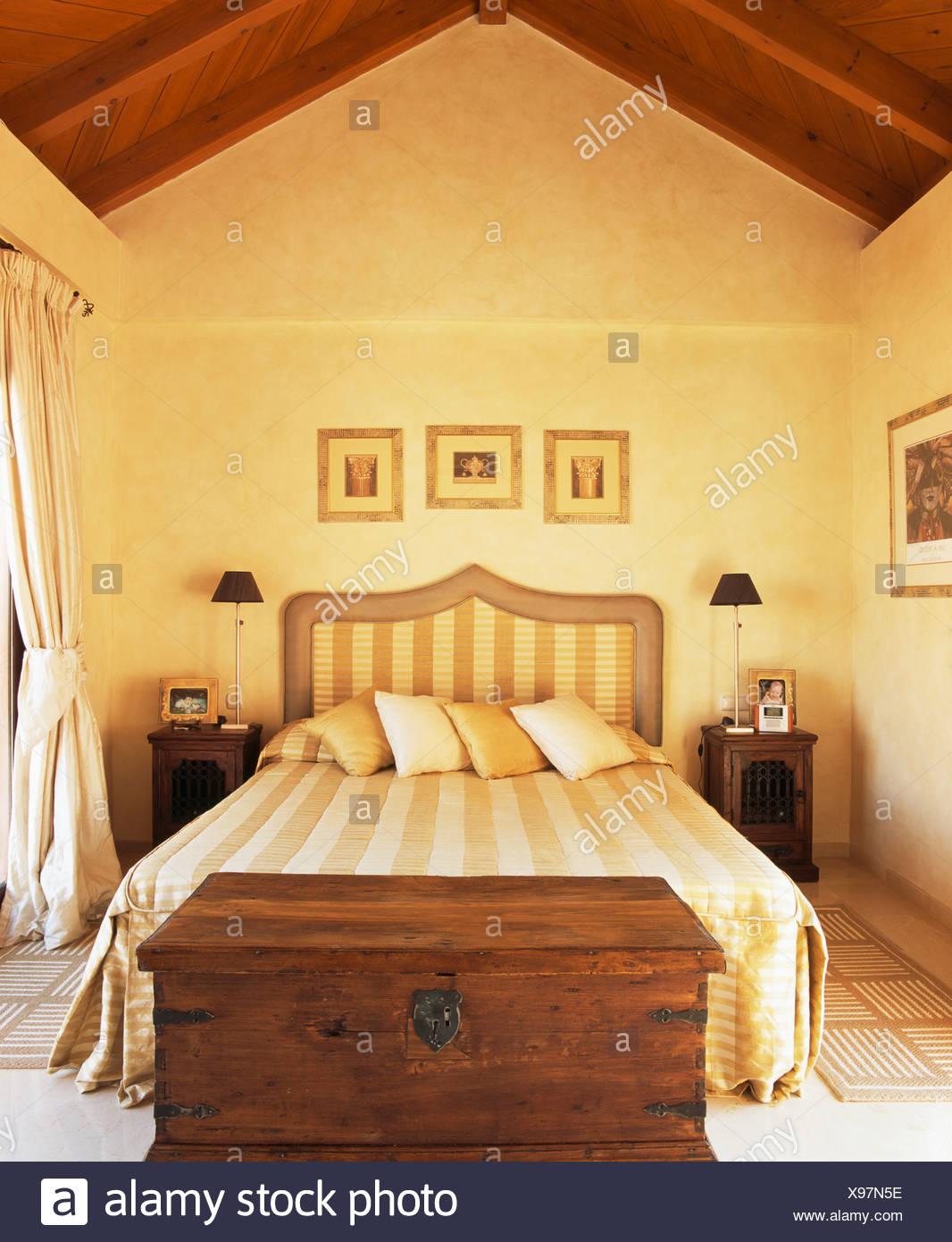 Cassa di legno sotto il letto con testiera con striping e ...