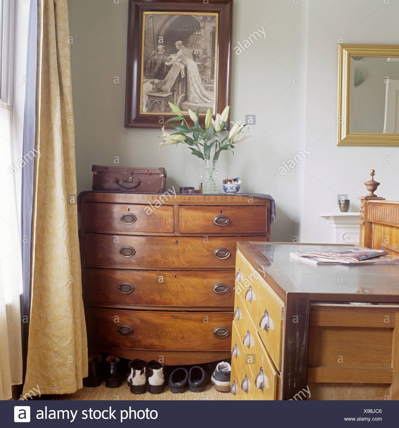 Foto sulla parete sopra Cassettiera antica nella camera da ...