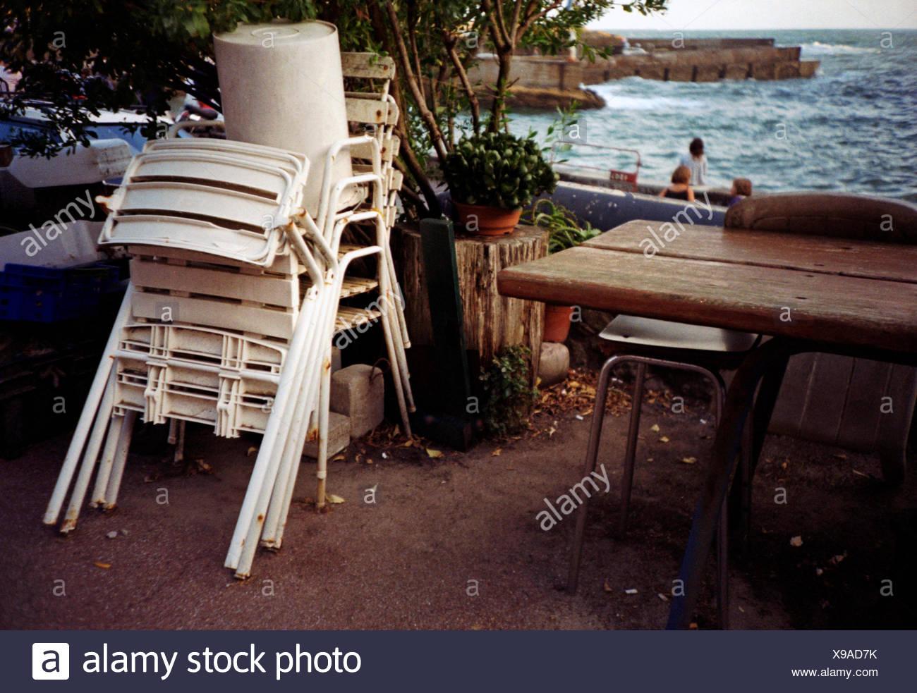 Stock Sedie In Plastica.Pila Di Svuotare Le Sedie In Plastica Sulla Terrazza Con Vista Sul