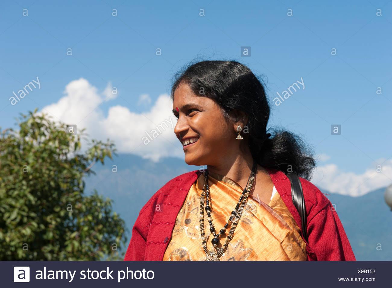 Donna indiana sorridente, ritratto, Tashi Viewpoint, montagne vicino a Gangtok, il Sikkim, in Himalaya, India, Asia del Sud, Asia Immagini Stock
