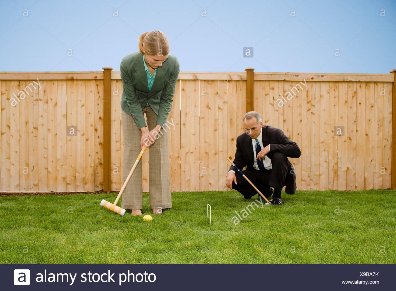 Due uomini d'affari giocando croquet Immagini Stock