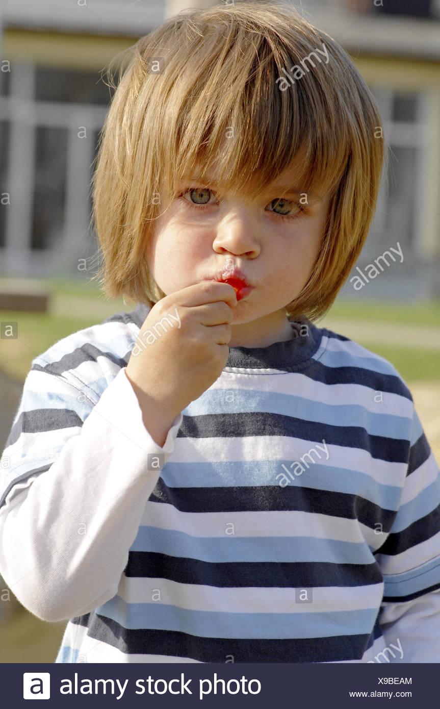 Il ragazzo, dolcezza, mangiare, metà ritratto, Immagini Stock