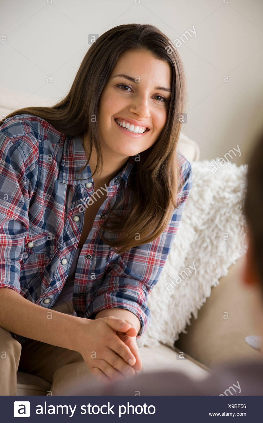 Bruna giovane donna che indossa controllato shirt Immagini Stock