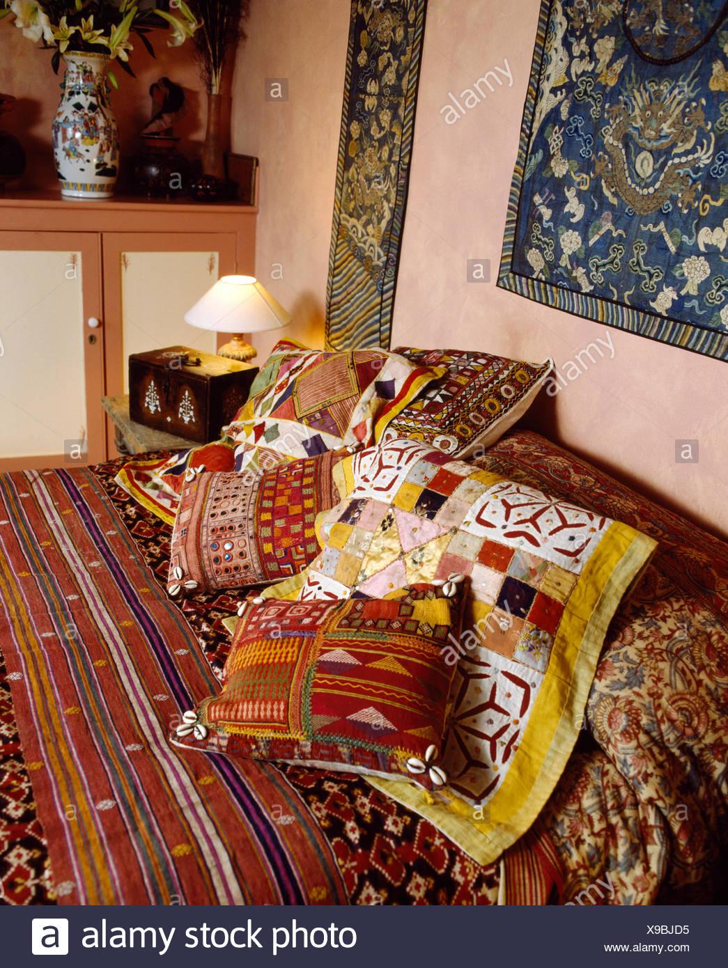 Cuscini Etnici Vendita.Indiani Coloratissimi Cuscini E Copriletto Sul Letto In Etnico