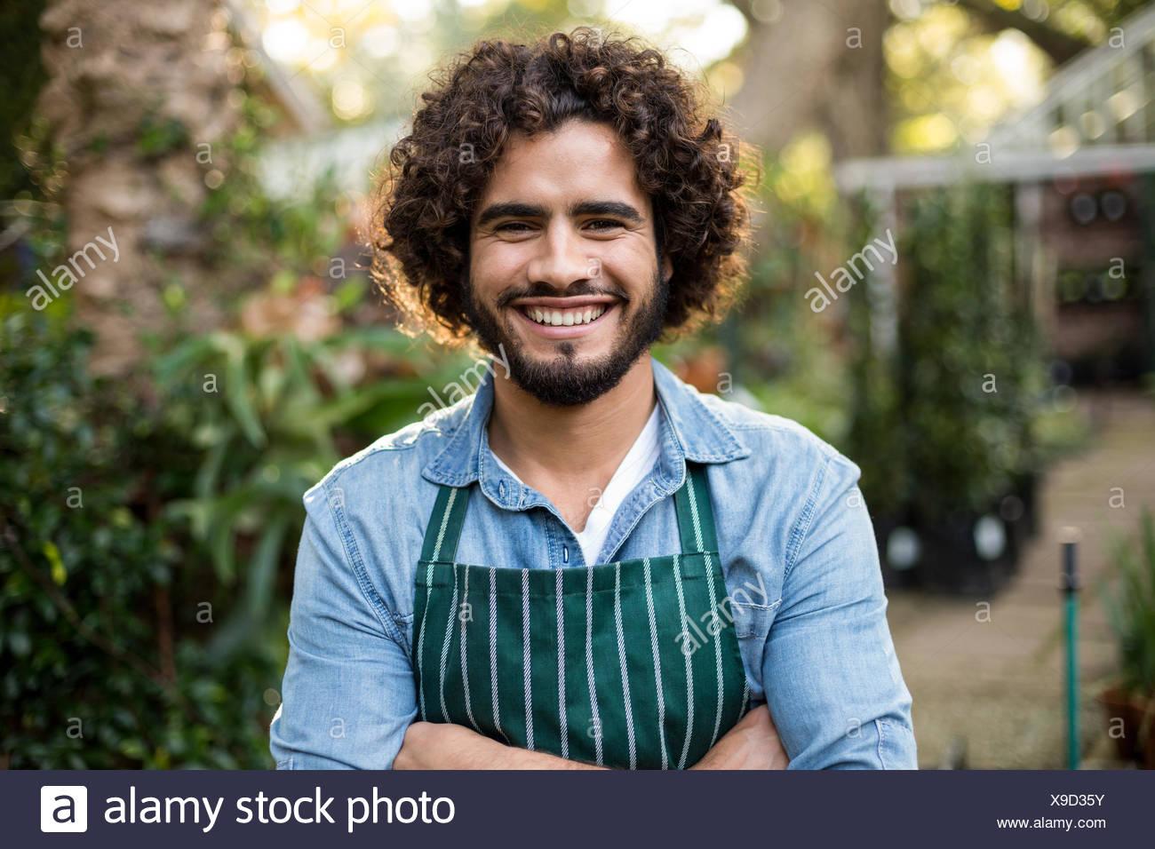 Fiducioso giardiniere fuori serra Immagini Stock