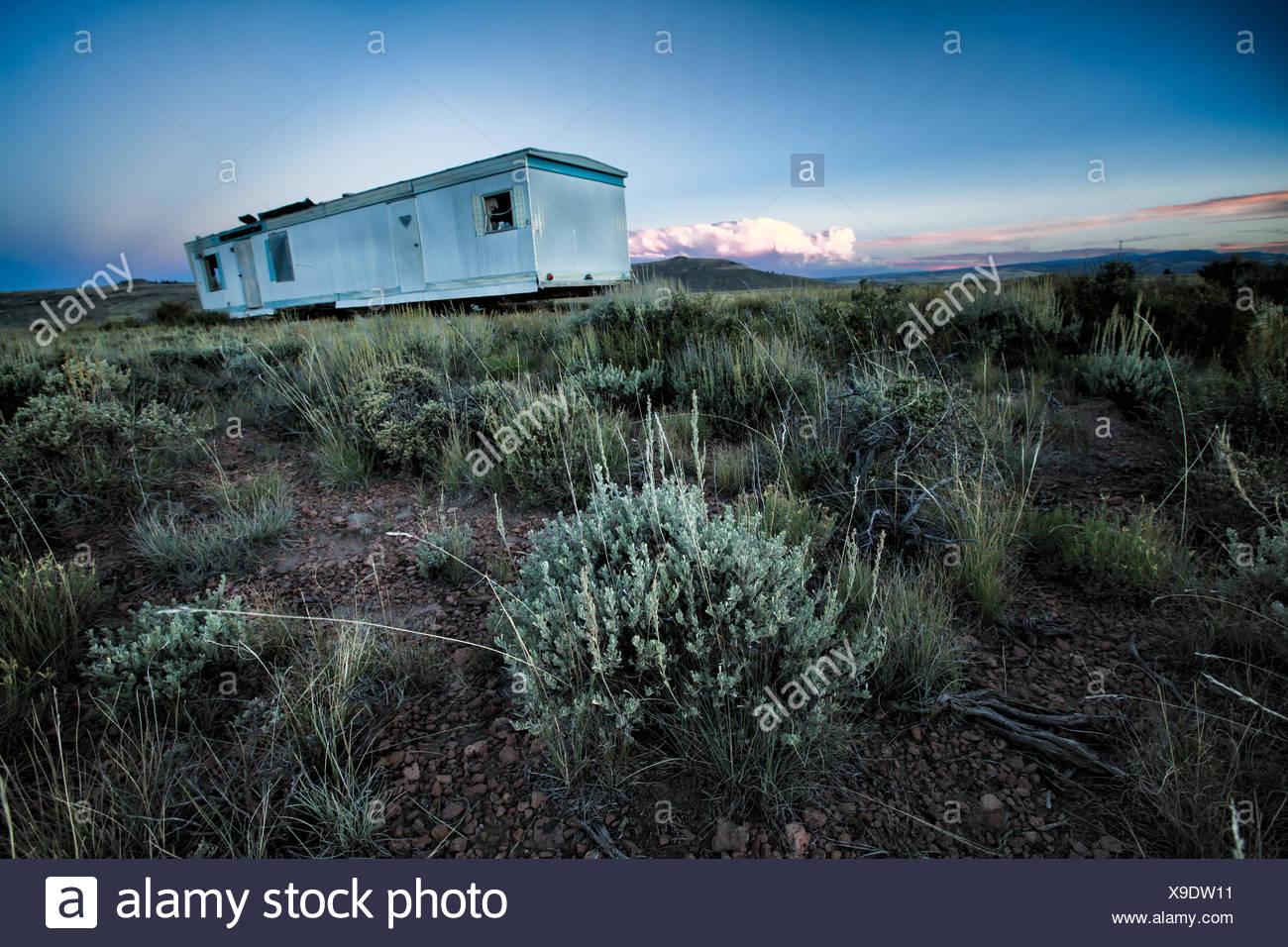 Abbandonato casa mobile nel campo remoto Immagini Stock